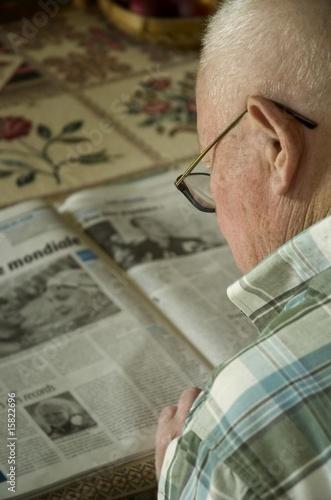 poster of personne agée lisant le journal