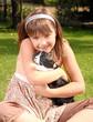 Mädchen spielt mit ihrem Kaninchen
