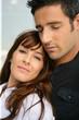 Femme souriante près d'un homme fermant les yeux