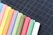 Craies de couleur sur ardoise d'écolier