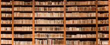 Alte Bücher in einer alten Bibliothek