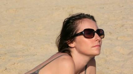 se retourner sur la plage