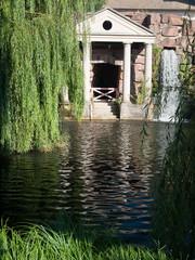 Cascade et chute d'eau devant le temple