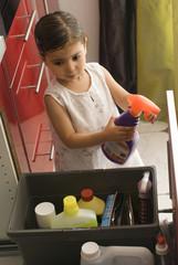 Danger accident domestique - jeune fille touchant aux produits m