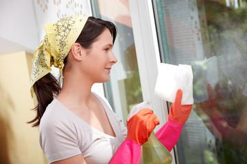 Junge Frau bei der Hausarbeit