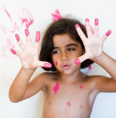 tinta rosa sulle mani