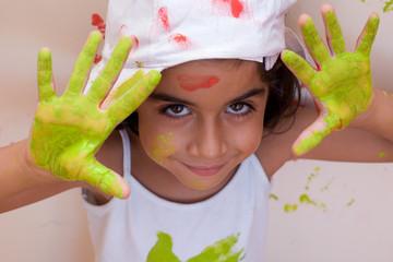 bambina con mani pitturate