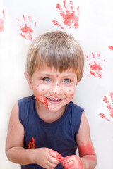 bambino con  pittura rossa