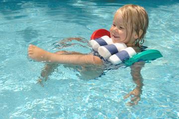 junger Rückenschwimmer