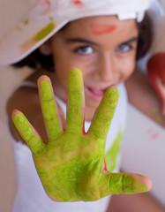 mano tinta di verde