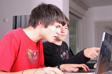 Zwei am Computer