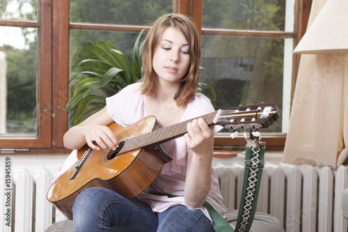 gitarre spielen mädchen Poster