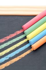 Craies de couleur sur ardoise quadrillée