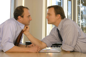 Zwei Geschäftsleute im Büro