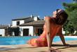 Jeune femme au bord de la piscine