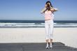 Südafrika, Kapstadt, Junge Frau fotografiert