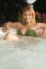Frau in der Badewanne, lächelnd, Porträt