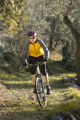 Italien, Trento, Torbole, Mountainbiker fahren über Waldweg