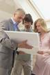 Architekt diskutieren Bauplan mit jungen Paar