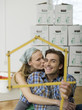Junges Paar machen Hausform mit Zollstock, Portrait