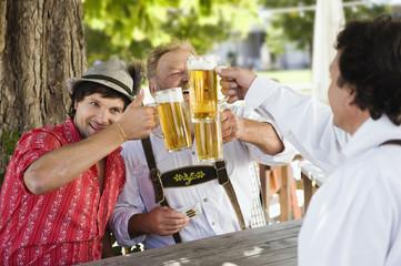 Deutschland, Bayern, Männer in Biergarten
