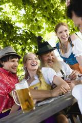 Deutschland, Bayern, Menschen Spielkarten in Biergarten