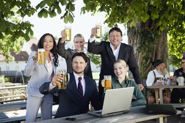 Deutschland, Bayern, Junge Geschäftsleute in Biergarten, Portrait