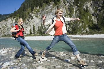 Deutschland, Bayern, Tölzer Land, Freundinnen Wandern