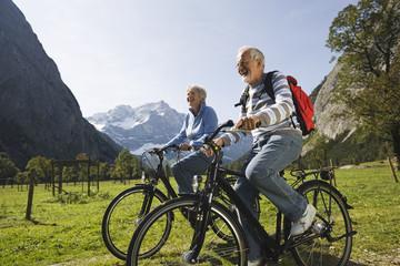 Österreich, Karwendel, Senioren Paar Radfahren