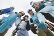 Italien, Südtirol, vier Leute in Winterkleidung, Daumen nach oben,