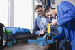 Deutschland, Neukirch, Lehrling arbeiten an Schraubstock
