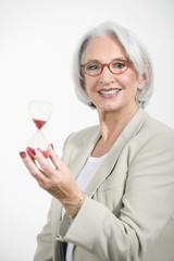 Seniorin Geschäftsfrau, die Sanduhr, Portrait