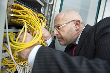 Deutschland, München, Geschäftsmann prüfen Computer PC