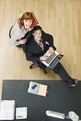 Deutschland, München, Geschäftsleute im Büro, mit Laptop,