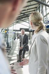 Deutschland, Leipzig-Halle, Flughafen, Geschäftsleute mit Koffer