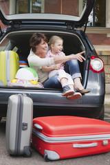 Deutschland, sitzen Mutter und Tochter in der Rücksitz Auto, Lächeln, Portrait