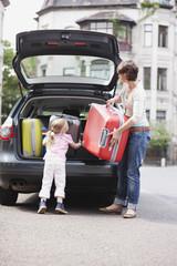 Deutschland, Leipzig, Mutter und Mädchen einladen Gepäck Auto