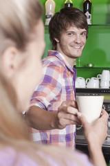 Deutschland, Köln, Mann reichte Kaffee über Zähler