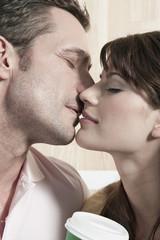 Deutschland, Köln, Paar küssen, die Augen geschlossen, Portrait, close-up