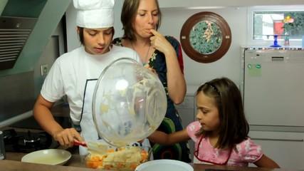 mère et fille goûtant la crème du tiramisu