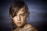 enfant triste mer portrait cheveux mouillé sable seul solitude poster