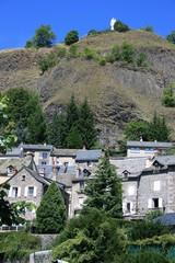 Sainte Vierge Notre-Dame de la Haute-Auvergne  dominant Murat