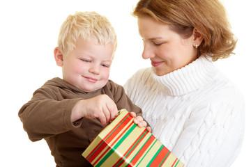 Kind macht Geschenk auf