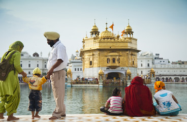 indische familie am  goldenen Tempel in Amritsar