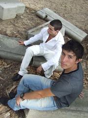 dois amigos em destroços de um parque