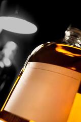 ライトに照らされたウイスキーのボトル