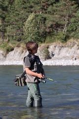 jeune garçon à la pêche en rivière