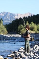 jeune garçon pratiquant la pêche en rivière