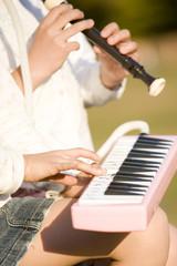 ピアニカとリコーダーで合奏する小学生