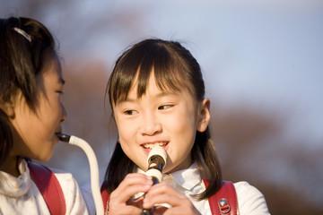 ピアニカ笛を吹く小学生